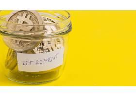 退役玻璃罐中的比特币在黄色背景下的特写_3074745