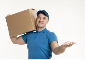 送货员搬运纸箱的前视图_6292133