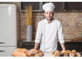 面包店里有面包的面包店里英俊的面包师的肖_3003953