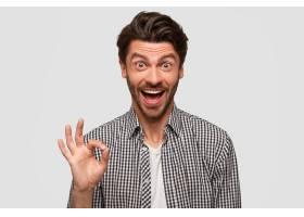 高兴快乐的男人做了个还可以的手势表示一_10546977