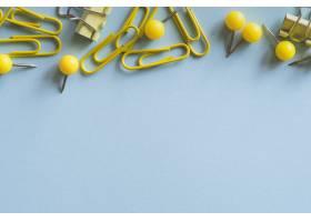黄色回形针图钉和活页夹_4732174