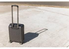 黑色行李箱用于街上旅行_3669202