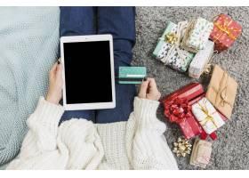 拿着礼物和信用卡的女人带着平板电脑_3347672
