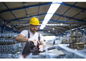 在工业生产大厅工作的工厂工人_11034202