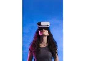 在户外使用虚拟现实耳机的女性_7731495