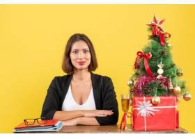 新年心情带着年轻快乐情绪的女商人坐在办公_13407973