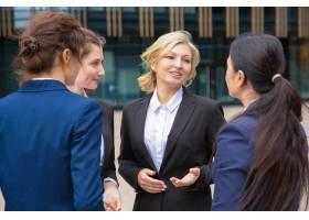 女商业同事在户外讨论项目穿着西装的女商_9649613