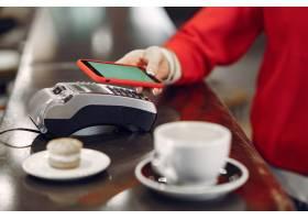 女孩用智能手机通过非接触式支付通行证技术_9246450