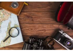 木桌上的老式旅行用品_2618166