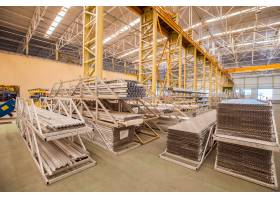 工厂仓库内的工业和建筑设备_5542997