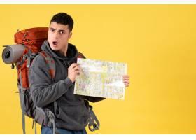 正面迷惑旅行者背着背包拿着地图_13463455