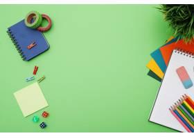 带文具的绿色办公桌俯视可复印_7760407