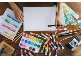 带油漆元素的艺术家办公桌_1200020
