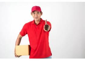 年轻英俊的送货员白底隔开盒子_1602585