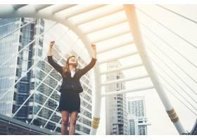 幸福成功的女商人俯瞰着走进市中心举起手来_1275770