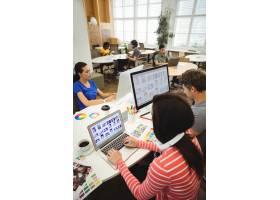 平面设计师在办公桌前工作_1005953
