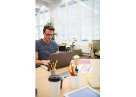 平面设计师在办公桌前工作_1005999