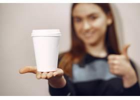 年轻的咖啡师女孩一边煮咖啡一边微笑_9246431