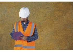 建筑工人带文件计划在楼内施工现场工作_7957207