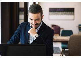 开朗优雅的男子使用笔记本电脑_1378134