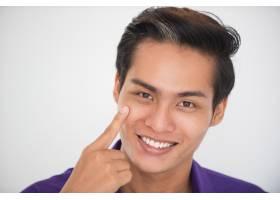 微笑的亚洲男子抚摸脸颊的特写_1304436