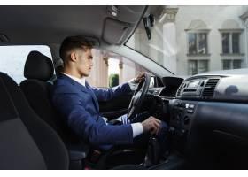 微笑的商人坐在车里_2612719