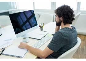 男性平面设计师在放松_977303