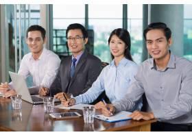 微笑的商务人士在办公室开会_993720