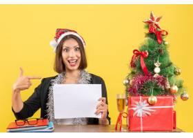 微笑的商务女士戴着圣诞老人帽戴着新年_13408120
