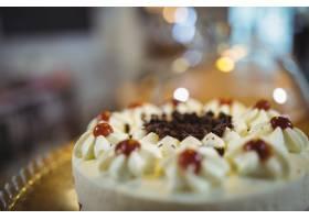盘上有樱桃的奶油蛋糕_977010