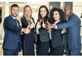 一群在现代办公室竖起大拇指的商人多民族_1174196