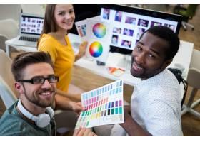 一群拿着颜色图表的平面设计师_1009227