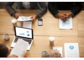 業務團隊集思廣益在會議上分析統計報告_3954477