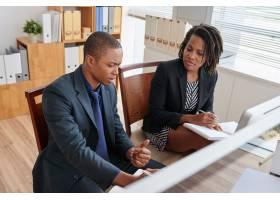 两位同事在一次会议上讨论商业想法_5839602