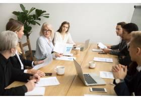严重上了年纪的女商人在团队会议上讨论公司_3954476