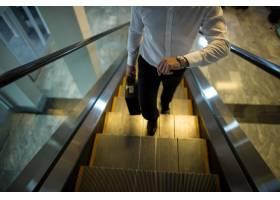 乘搭自动扶梯时检查通勤者的时间_10748270
