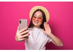 亚洲女性在智能手机上问候粉色墙上_8990606