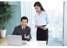 亚洲首席执行官与女助理讨论想法_1024732