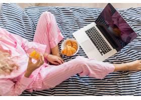 从上面看年轻漂亮的金发女子穿着粉色睡衣_9699664