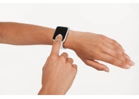 使用手腕智能手表的女性手的特写_7570827