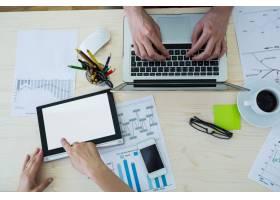 使用笔记本电脑和数字平板电脑的平面设计师_977321
