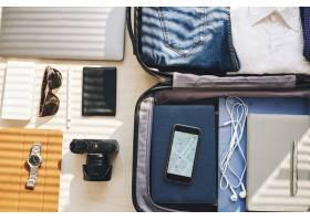 出差时安排的手提箱电子设备和个人物品_5838816