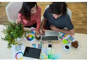 使用笔记本电脑的男性和女性平面设计师_977325