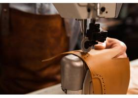 使用縫紉機的鞋匠特寫鏡頭_7573238