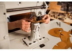 使用縫紉機的鞋匠特寫鏡頭_7573548
