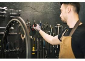 修理自行车的机械师_4314106
