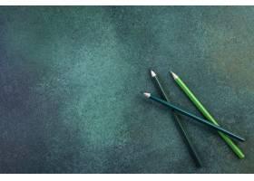 俯视图复制空间绿色背景上的绿色铅笔_9302922