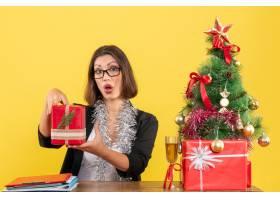 办公室里一位好奇惊讶的女商人戴着眼镜_13407263