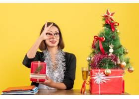 办公室里一位西装革履的女商人戴着眼镜_13405804