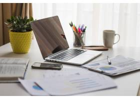办公桌上的文件和笔记本电脑_1957136
